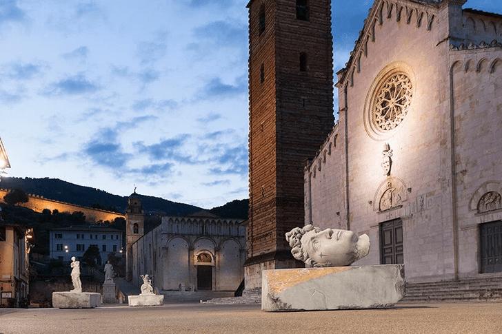 Фото №1 - Скульптуры с татуировками на уличной выставке в Тоскане
