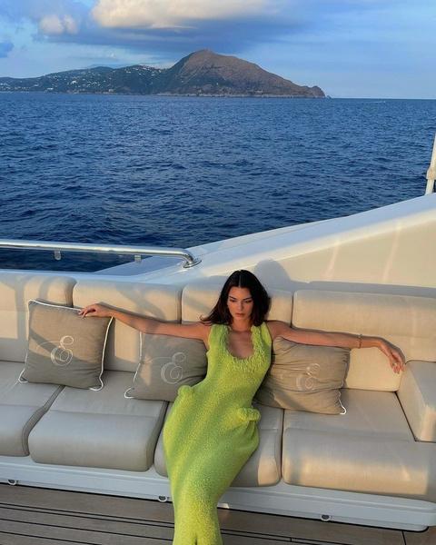 Фото №4 - Тренд сезона: ярко-зеленое платье как у Кендалл Дженнер