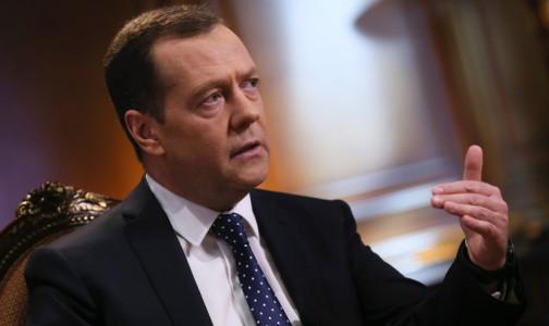 """Фото №1 - """"Производители отечественных вакцин всегда будут в приоритете"""". Но Медведев обещает и иностранные: пока только китайские"""