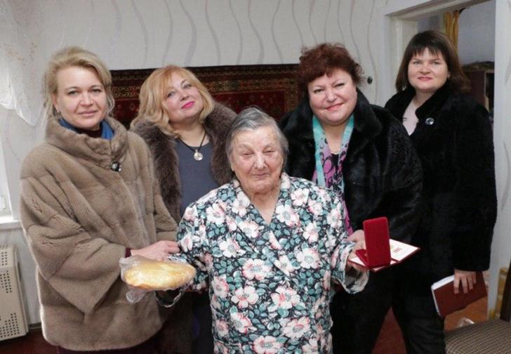Фото №1 - В Крыму чиновницы в шубах подарили ветеранам по батону хлеба и медальке, но потом попытались «забыть» об этом (фото)