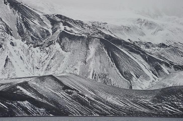 Фото №1 - Подо льдами Антарктиды обнаружили 91 вулкан