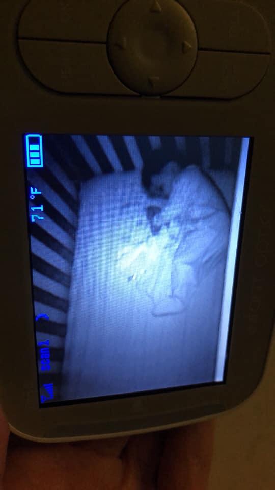 Фото №2 - В разгадке фото «ребенка-призрака», напугавшего мать, обошлось без чертовщины и паранормальщины