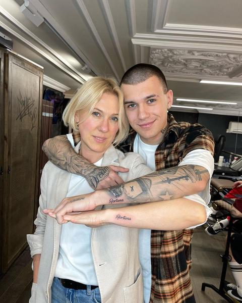 Фото №1 - Милота дня: Тимур Сорокин набил с мамой одинаковые тату