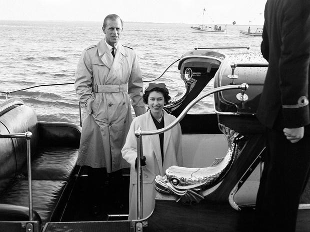 Фото №4 - История одного фото: как Королева и принц Филипп отмечали 10-ю годовщину свадьбы