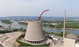 Экскаватор «поедает» гигантскую трубу атомной электростанции (видео)