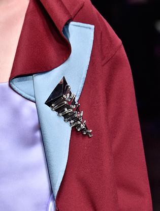 Фото №14 - Плащи Haute Couture и туфли с бантами на парижском показе Versace