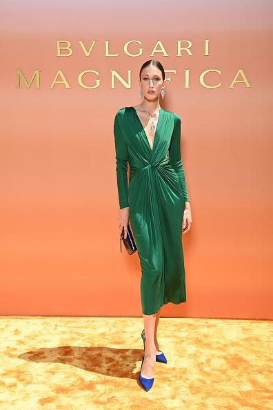 Фото №2 - Очень глубокое декольте и бриллиантовая змея на шее: топ-модель Анна Кливленд на роскошном итальянском ланче