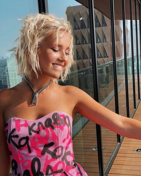 Фото №2 - Пляжные локоны— самая стильная укладка уходящего лета от Клавы Коки