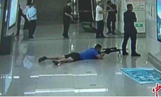 В Китае снайпер спецназа «снял» преступника, спрятавшись между ног у коллеги (видео)