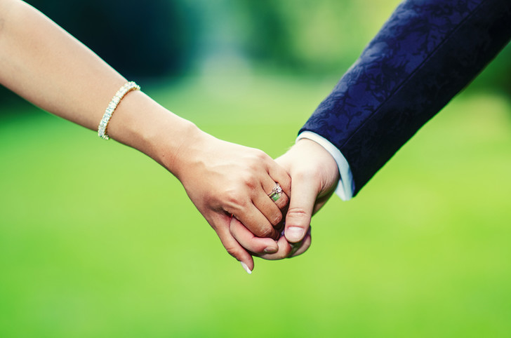 Фото №1 - Снижение обоняния позволило современному человеку хранить верность в браке