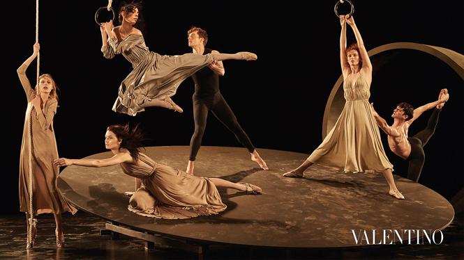 Фото №5 - Fashion-танец в осенней кампании Valentino