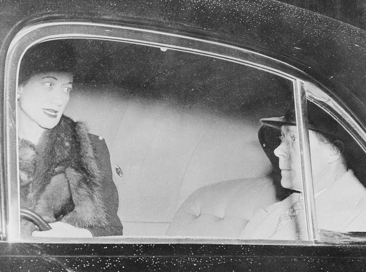Фото №3 - Как Королева-мать «воевала» с Уоллис Симпсон с помощью моды