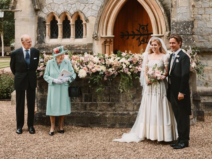 Фото №2 - Почему Королеве пришлось покинуть свадьбу принцессы Беатрис раньше всех