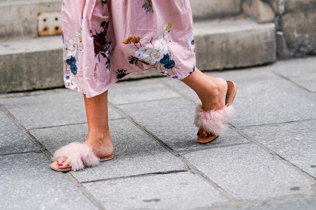 Фото №8 - От босоножек с декором до сандалий-гладиаторов: 10 антитрендов летней обуви