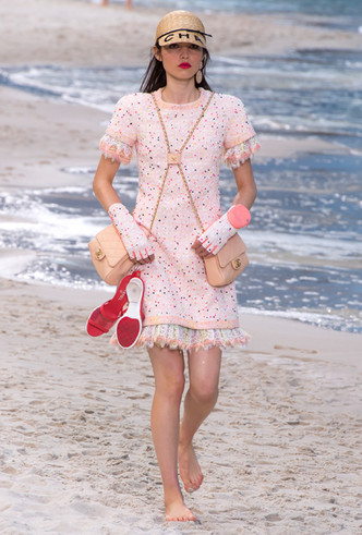 Фото №3 - Босиком по песку: грандиозное шоу Chanel SS 2019 на пляже