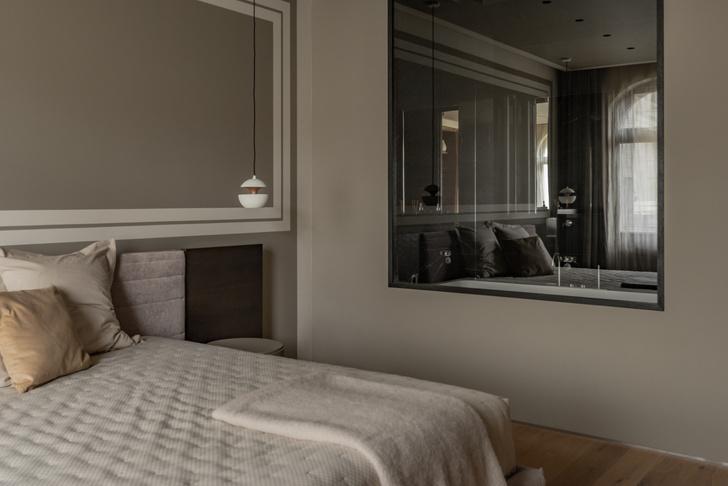 Между спальней и ванной комнатой сделано межкомнатное окно.