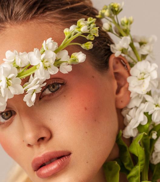 Фото №3 - Школа флористики: 4 интересных приема для «цветочного» макияжа