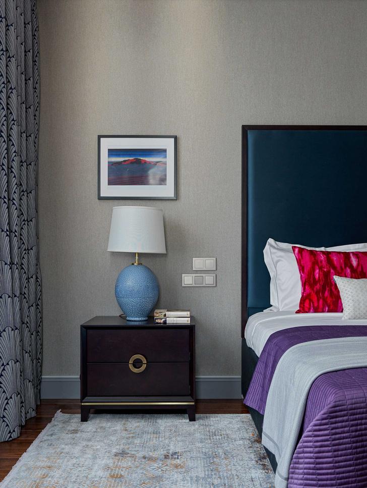 Настольные светильники, Visual Comfort. Кровать с изголовьем и прикроватные тумбочки, LuxDeco. На стене работа Лейсан Искандаровой сухой пастелью.
