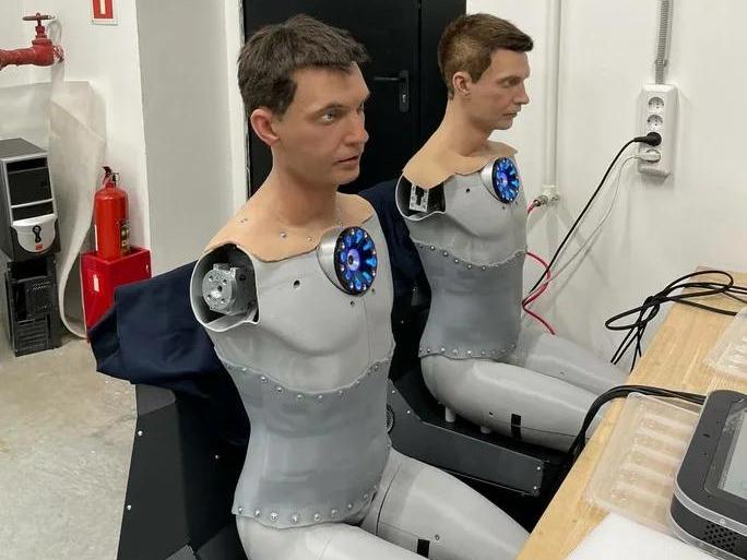 Фото №1 - Будущих врачей будет учить робот-симулянт. От человека его отличить сложно