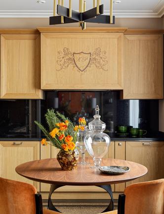 Фрагмент кухни. Стол, Tonin Casa. Керамическая ваза и блюдо, Savour Design. Стеклянные вазы, Dantone Home.