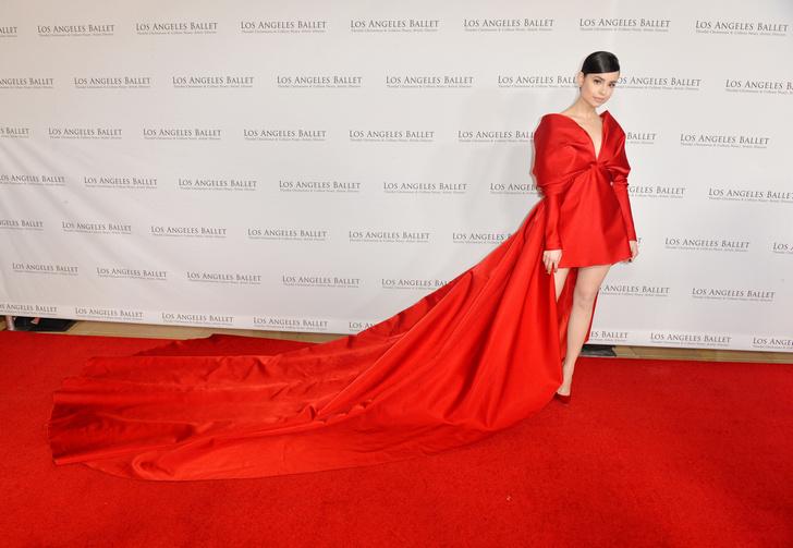 Фото №5 - Незабываемый след: 25 роскошных звездных платьев с шлейфами