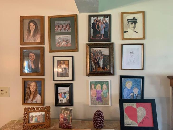 Фото №6 - Дочь каждый день подменяла по одному семейному фото неумелыми рисунками, а родители заметили это только на 11-й день