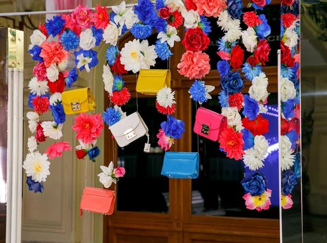 Фото №3 - Цветы и сумки: яркая модная инсталляция от Furla