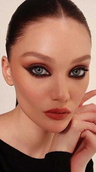 Фото №3 - 5 необычных вариантов макияжа со стрелками, которые покорят вас и окружающих