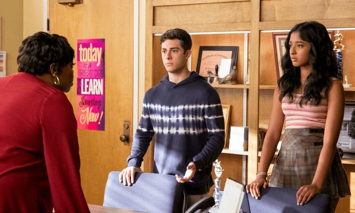 Фото №2 - «Я никогда не…»: кажется, в 3 сезоне Бену придется выбирать между Анисой и Деви 🤔