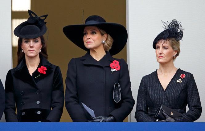 Фото №5 - Почему герцогини Меган и Кейт оказались на разных балконах в День памяти