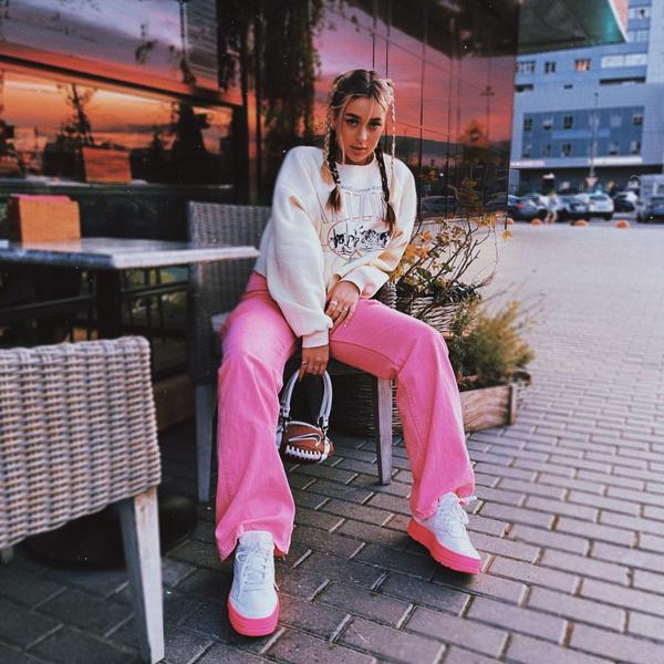Фото №1 - Как оригинально носить косички: Настя Бэдбарби показала необычную прическу для учебы