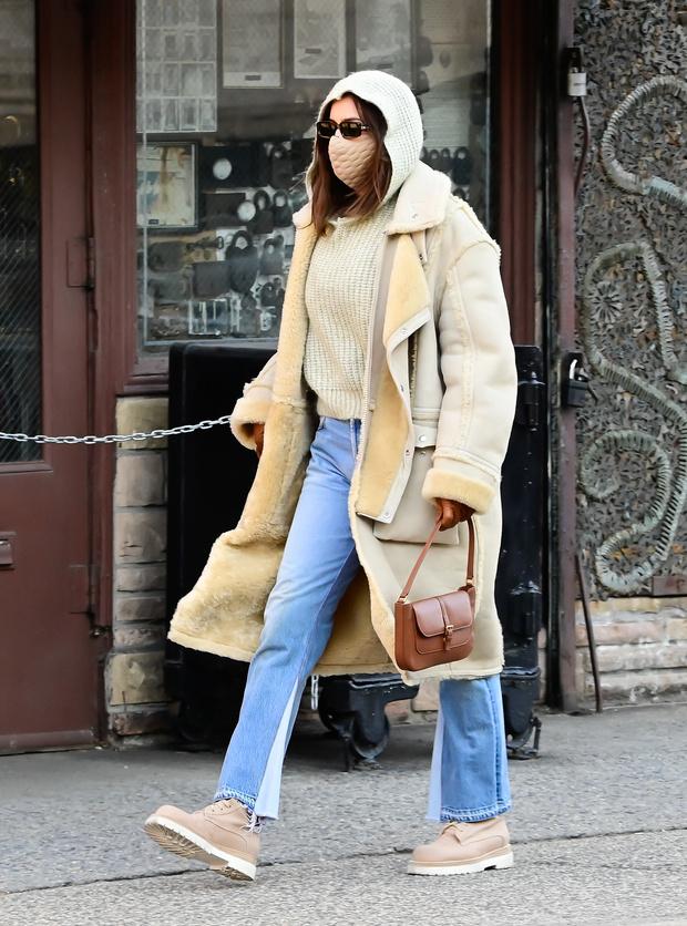 Фото №1 - Уютная дубленка цвета топленого молока + джинсы с «сюрпризом»— повседневный, но не скучный образ Ирины Шейк