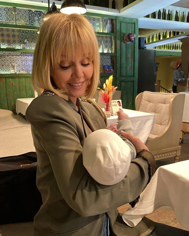 Фото №2 - Валерия пришла в ресторан с двухмесячной внучкой, а ее раскритиковали фанаты