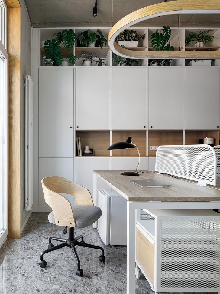 Фото №7 - Жемчужно-серый офис в историческом здании Петербурга