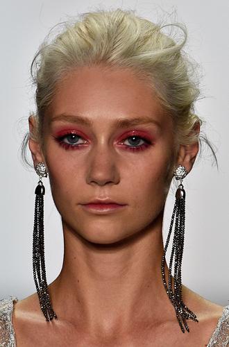 Фото №19 - New pink: 5 трендов «розового» макияжа, которые хочется повторить