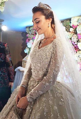 Фото №16 - 16 самых известных, красивых и дорогих свадебных платьев за всю историю