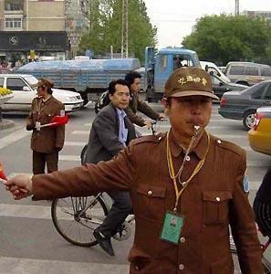 Фото №1 - Регулировщики движения в Китае живут 43 года
