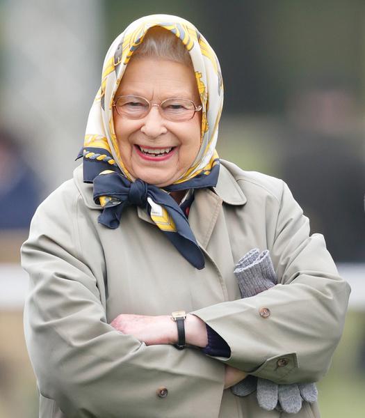 Фото №16 - Как отличить Королеву: каблук 5 см, сумка Launer, яркое пальто и никаких брюк