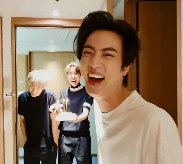 Фото №1 - Самые забавные моменты из прямой трансляции с дня рождения Джина из BTS