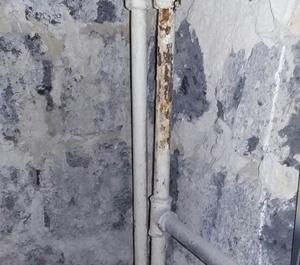 Трубы в промерзающем полу будущей спальни