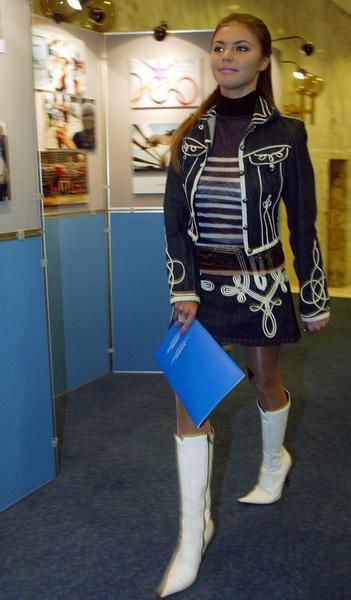 Фото №9 - Белые ботфорты, джинсы в стразах: как изменилась Алина Кабаева за последние 15 лет