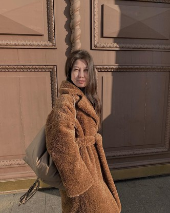Фото №12 - Надоел пуховик? Вот какие пальто, эко-шубы и дубленки в моде этой зимой