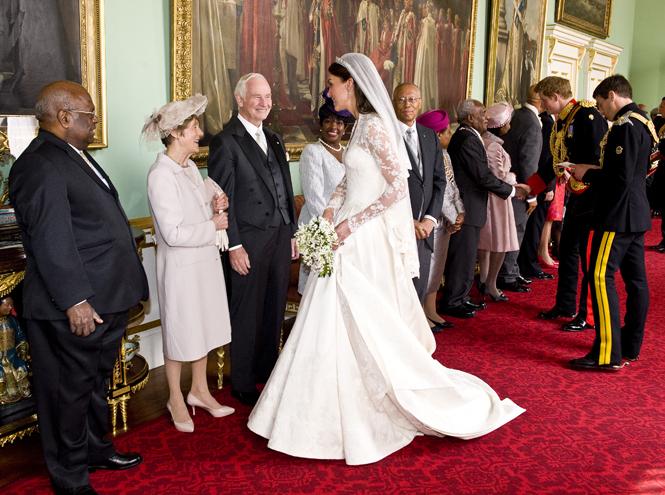 Фото №22 - Свадебный королевский этикет: что можно и чего нельзя делать на бракосочетании Гарри и Меган
