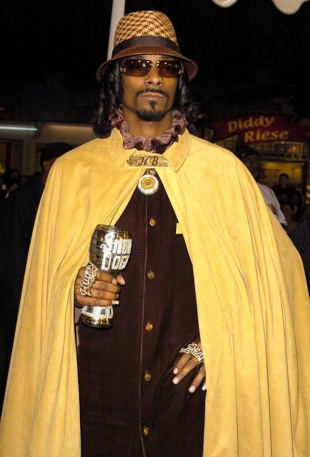 Фото №15 - Золотые цепи, цветные шубы и спортивные костюмы: Снуп Догг и его лучшие образы