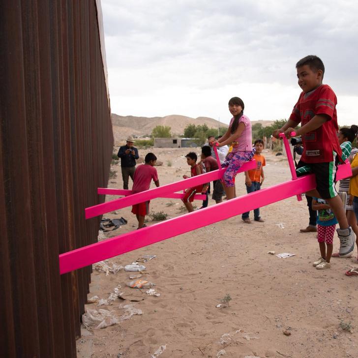 Фото №3 - Пять примеров детских качелей в неожиданных местах