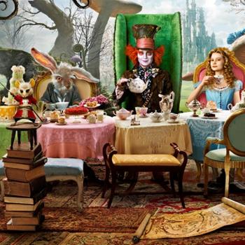 Белый Кролик - это декан колледжа Генри Лиделл, а Безумный Шляпник - продавец мебели Теофилиус Картер.