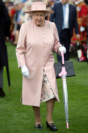 Фото №3 - Королева Елизавета II выбирает наряды с помощью «особого ритуала»