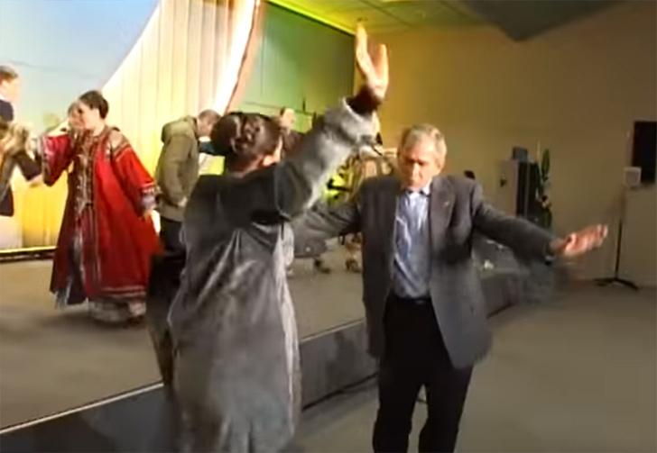 Фото №1 - Кремль показал, как Путин и Буш-младший танцуют под русскую народную песню (видео)
