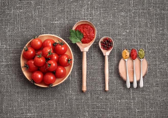 Как приготовить аджику из помидоров без варки и с варкой: 2 простых и быстрых пошаговых рецепта