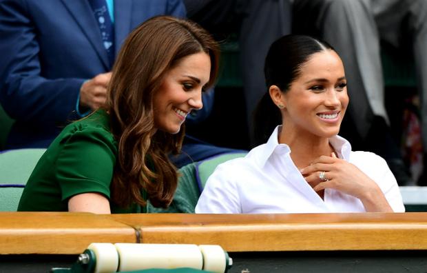Фото №2 - Как британцы относятся к герцогиням Меган и Кейт (на самом деле)